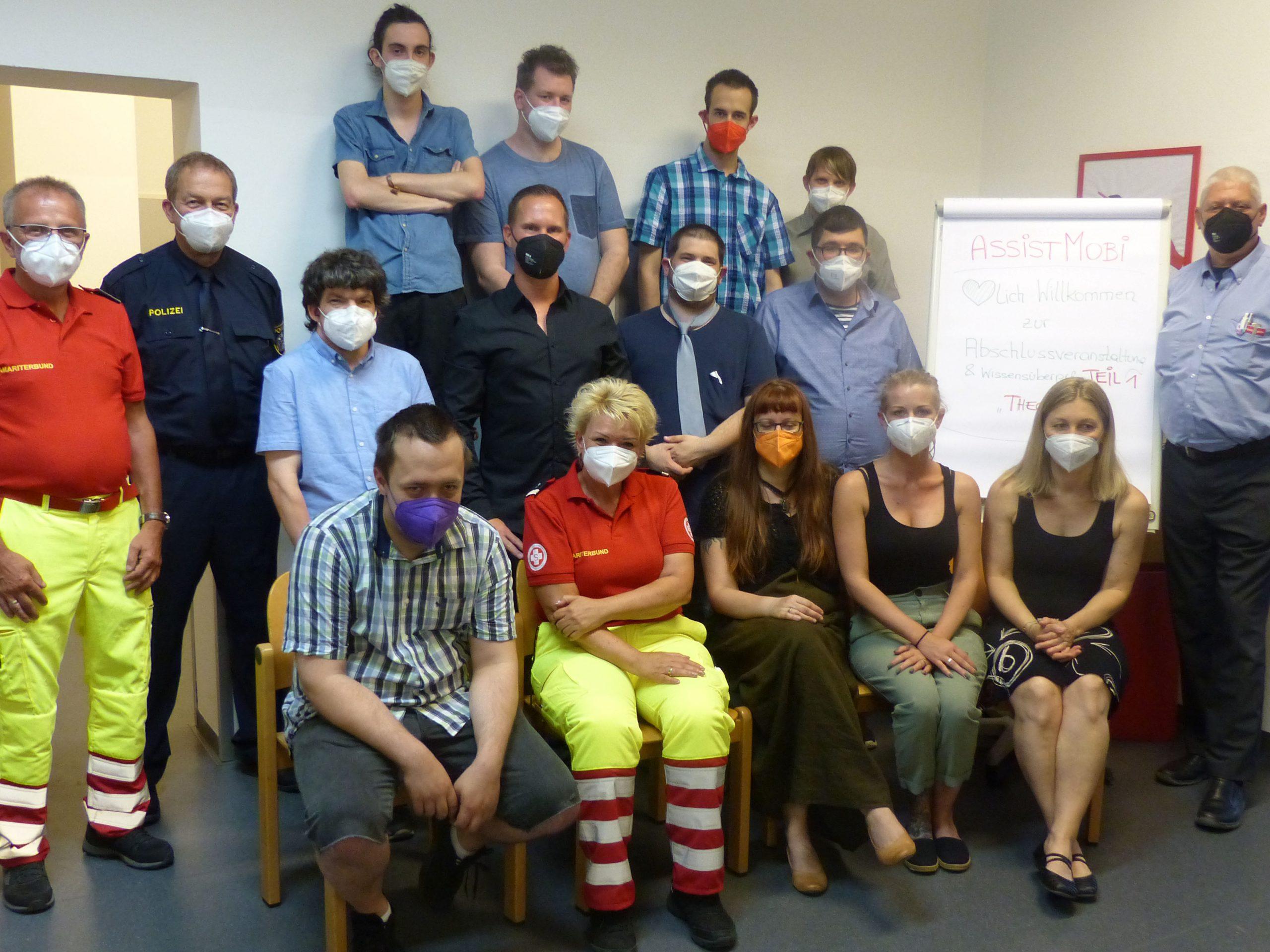 Abschluss-Gruppenfoto der Teilnehmer*innen und Kooperationspartner*innen von ASSISTMOBI in einem Gruppenraum der ASSIST