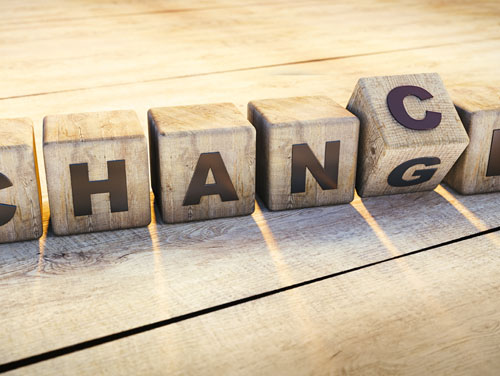 """Wortspiel: 6 Holzwürfel mit jeweils 1 Buchstaben, die zusammen das Wort """"Change"""" oder bei Drehen eines Würfels das Wort """"Chance"""" ergeben."""