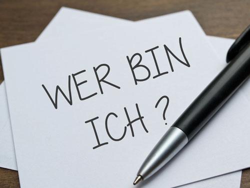 """Papier mit der Aufschrift """"Wer bin ich?"""" und Kugelschreiber (Symbolbild für individuelle Förderebenen)"""