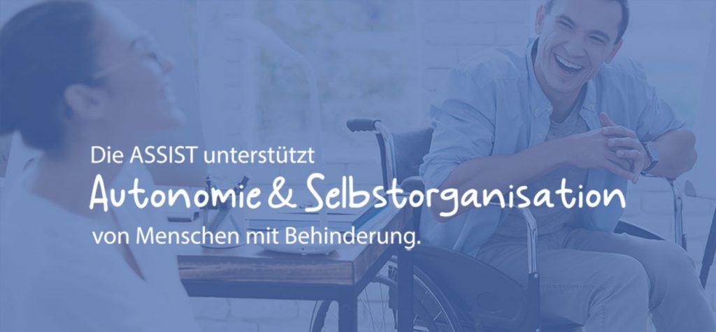 1 Mann im Rollstuhl und 1 Frau unterhalten sich lachend. Text: Die ASSIST unterstützt Autonomie und Selbstorganisation von Menschen mit Behinderung.