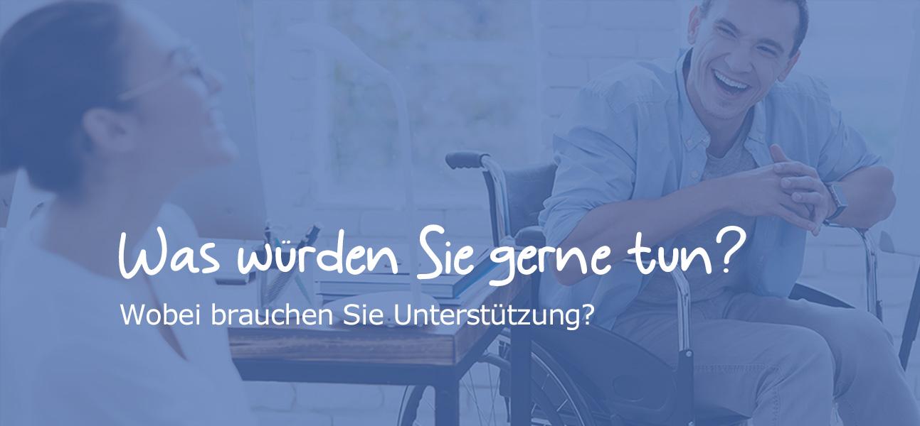 2 Männer (einer davon im Rollstuhl) und 1 Frau unterhalten sich. Text: Was würden Sie gerne tun? Wobei brauchen Sie Unterstützung?
