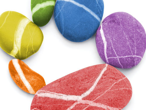 Kreis aus bunt bemalten Steinen (Symbol für Kreativität)