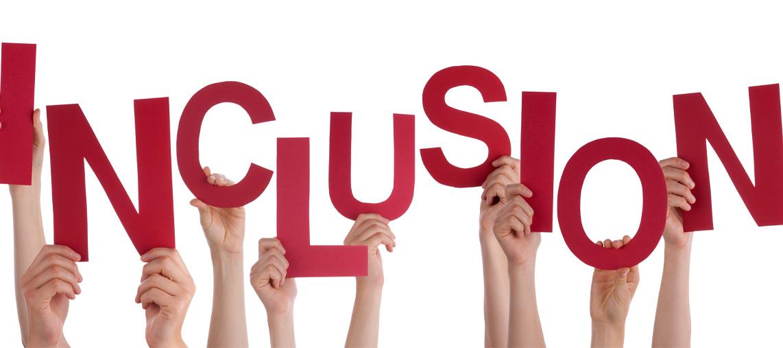 Viele Hände halten die Buchstaben des Wortes Inklusion nach oben.