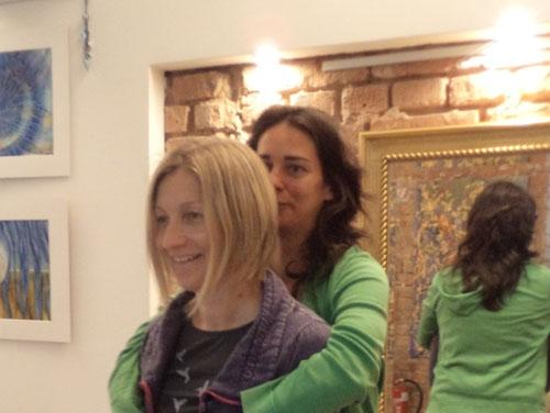 Am Bild sieht man 2 Frauen, die hintereinander steht. Die Person dahinter hält die Person davor mit beiden Armen umschlungen (Bild zur Demonstration des PART-Seminars).