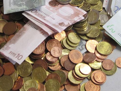 Symbolbild: Berg von Geld (5, 10, 100-Euro-Scheine) und viele Euro- und Cent-Münzen