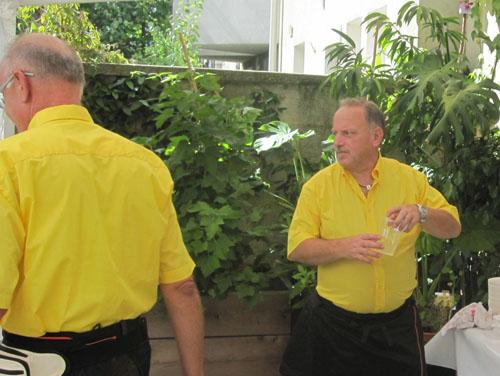 Im Bild 2 Herren des Vereins Mountaineers in gelben Hemden, die die Benefiz-Aktion gestartet haben.