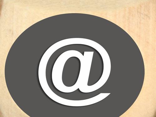 Klammeraffe-Symbol einer E-Mail in einem Kreis abegebildet als Symbol für EDV-Trainings