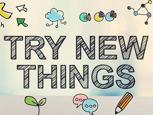 """Viele kleine Symbole (Wolke, Kreisdiagramme, Stift, Sprechblasen, etc.) mit dem Wort """"Try new things"""" in der Mitte."""