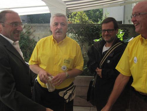 Im Bild sieht man 4 Personen, die sich gerade begrüßen: Hr. Zatlokal, Bezirksvorsteher und Hr. Greier, Geschäftsleitung der ASSIST begrüßen sich gerade bei Benefiz-Fest.