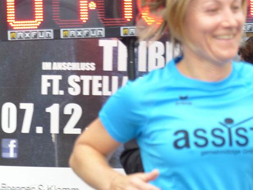 Unsere Läuferin Fr. Ogris mit ASSIST-T-Shirt läuft auch mit.