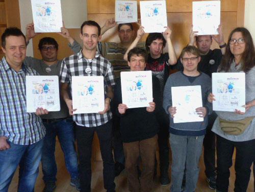 Gruppenfoto: Alle ASSISTMOBI-Teilnehmer und Teilnehmerinnen stehen mit den Projektmappen in den Händen vor oder über sich lächelnd da.