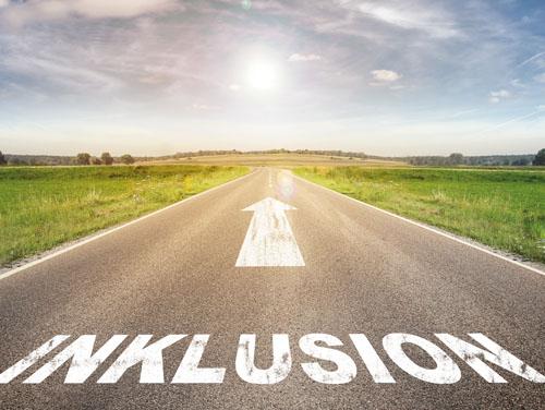 """Eine breite Straße auf einer grünen Ebene: Auf der Straße steht das Wort """"Inklusion"""" und darüber zeigt ein Pfeil auf der Straße die Richtung nach vorne an."""